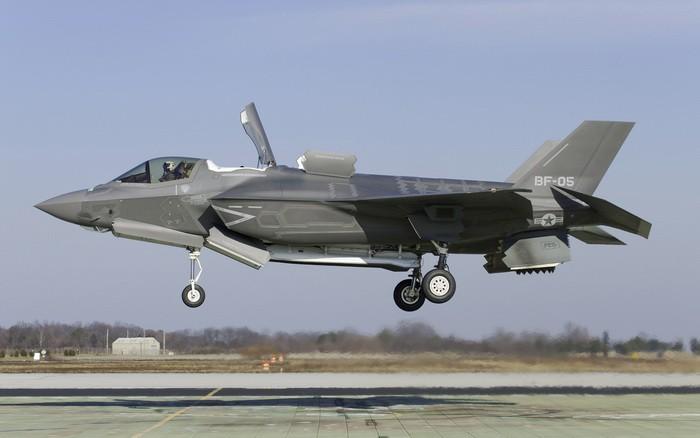 F-35 висит над полосой.