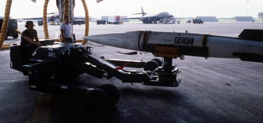 AGM-69A SRAM подвешивают в B-1b
