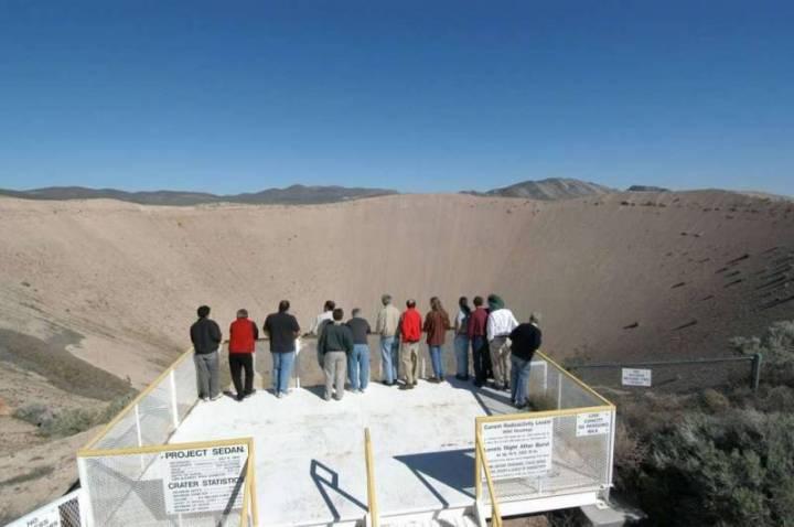 Туристы на смотровой площадке, расположенной на краю кратера «Сторакс Седан»