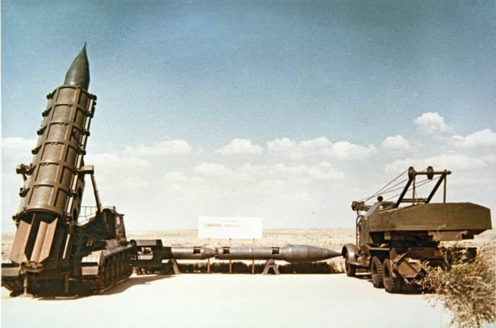 """Самоходная пусковая установка, ракета и подъемный кран в ходе демонстрации комплекса """"Филин"""" заказчику"""