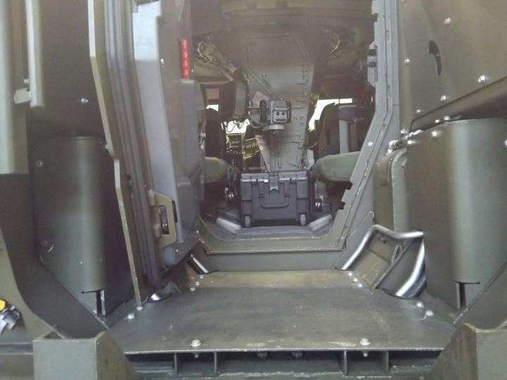 """Фотография через заднюю дверь интерьера опытного образца нового защищенного автомобиля К4386 """"Тайфун-ВДВ"""" с установленным боевым модулем (с) otvaga2004.mybb.ru"""