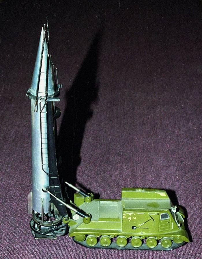 Макет демонстрирует подъем ракеты в стартовое положение