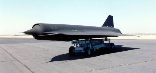 Беспилотник D-21B на транспортировочной тележке.