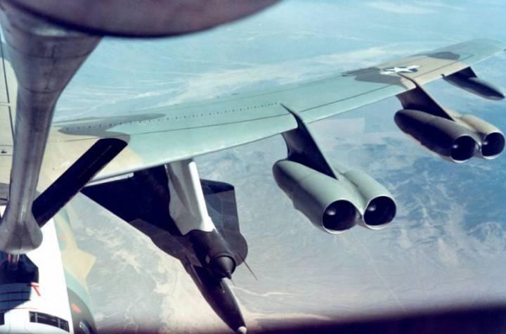Опытный аппарат под крылом самолета-носителя.