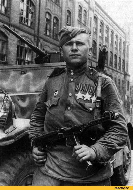 Полный кавалер Ордена Славы гвардии сержант И.Д.Сериков на одной из улиц Берлина. Апрель 1945 года.